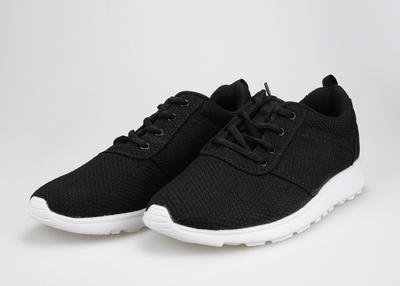 Schuhe – Nigelnagelneue Schuhe eines Teenagers