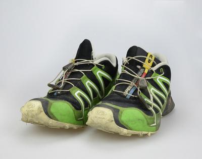 Turnschuhe – Ausgelatschte Schuhe eines Erwachsenen