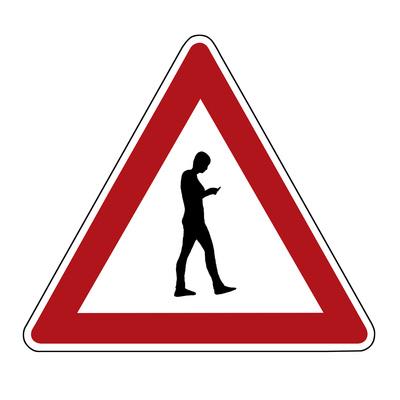 Achtung: Fußgängerin mit Handynutzung