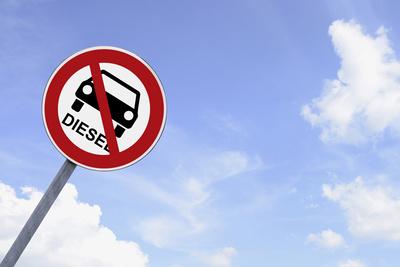 Verbotsschild: Fahrverbot für Dieselfahrzeuge