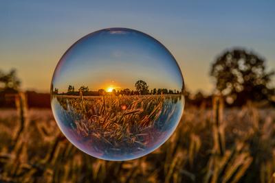 Kornfeld im Sonenuntergang mit Glaskugel