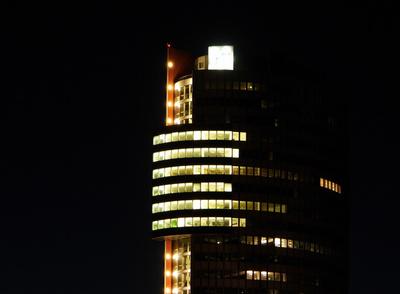 Bürogebäude bei U6 NEUE DONAU bei Nacht