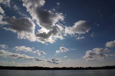 Sonne scheint durch die Wolken