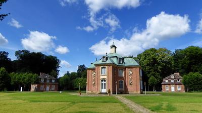 Schloß Clemenswerth - Zentralpavillon mit Pavillon Coellen rechts und Pavillon Clemens August links
