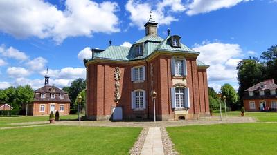Schloß Clemenswerth - Zentralpavillon und Schloßkapelle