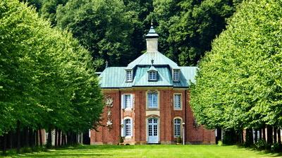 Schloß Clemenswerth - Zentralpavillon mit einer der acht Lindenalleen
