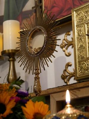 Monstranz auf dem Altar - Blick von schräg unten