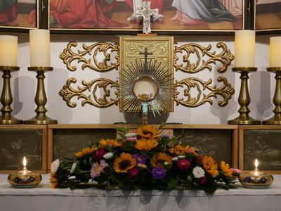Monstranz auf dem Altar einer Kapelle - Frontansicht
