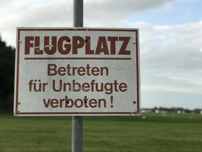 Flugplatz-Schild