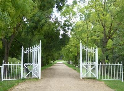 Das geöffnete Schlossparktor