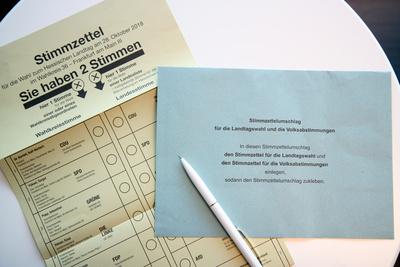 Stimmzettel mit Umschlag zur Landtagswahl 2018 in Hessen