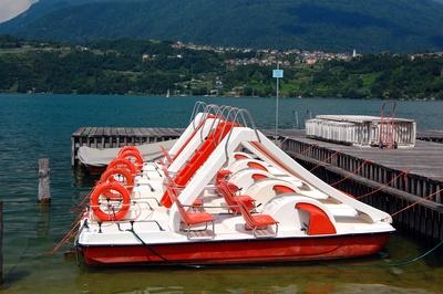 Ausflugsboote warten auf Kundschaft
