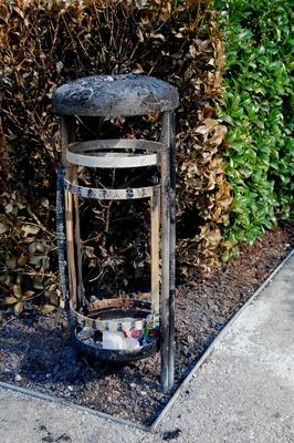 abgebrannter öffentlicher Mülleimer