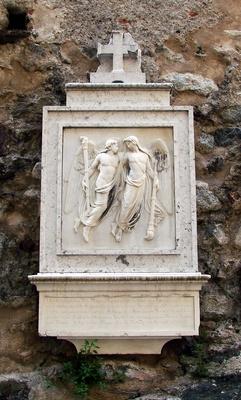 altes Grabrelieff an Kirchenmauer