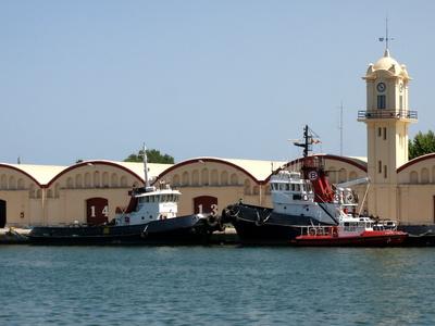 Fischerhalle von Gandia und Trawler davor