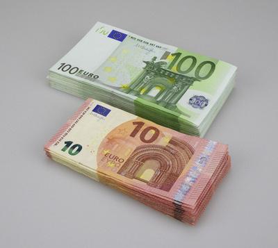 100-Euro-Scheine und 10-Euro-Scheine gestapelt, Geldscheine, Geldstapel