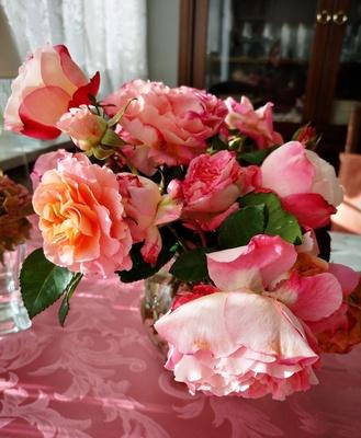 Üppiger Rosenstrauß