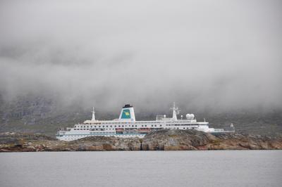 Kreuzfahrtschiff im Nebel