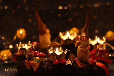 Kleiner Wichtel mit Kerzenlicht