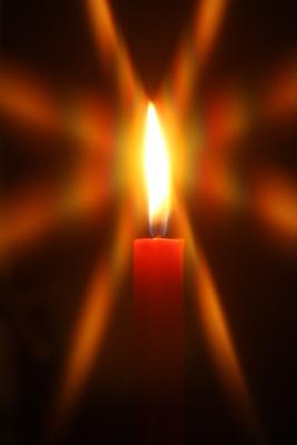 Roter Kerzenschein