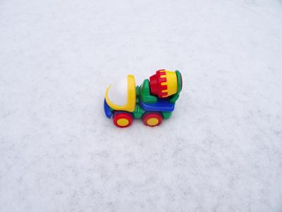 Bunter LKW im Schnee