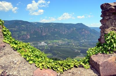 Blick von Burg Hocheppan ins Tal