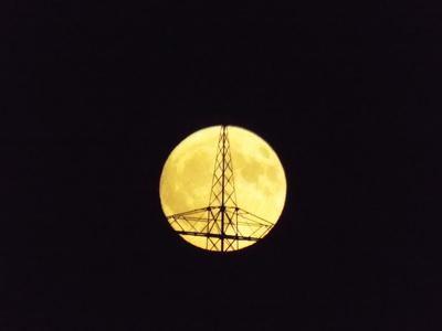 Mond hinterm Hochspannungsmast