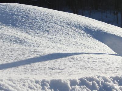 Schnee, der in der Sonne glitzert