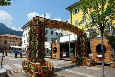 Obstkistenbogen in Cles (Trentino)