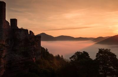 Burgruine Altdahn im Morgenlicht