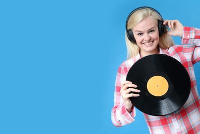 Frau mit Kopfhörer und Schallplatte