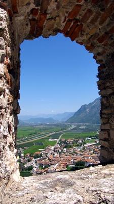 Blick durchs Burgfenster der Haderburg