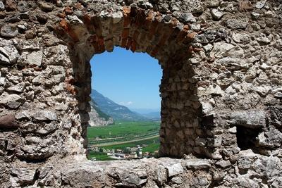 Blick durchs Burgfenster der Haderburg #2