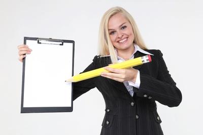 Frau mit Klemmbrett und Bleistift