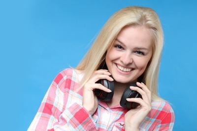 Blondine mit Kopfhörer