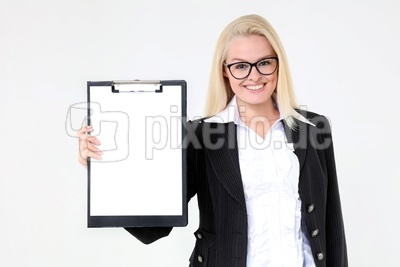 Frau mit Klemmbrett und Blatt