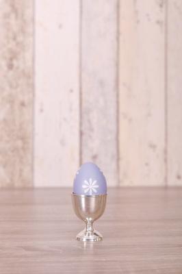 Osterei in silbernen Eierbecher