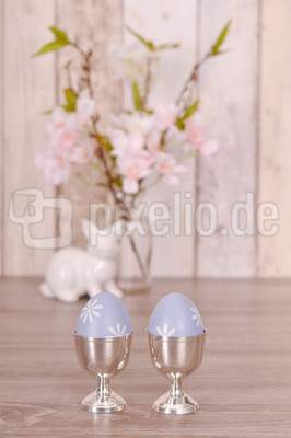 Ostereier in silbernen Eierbechern