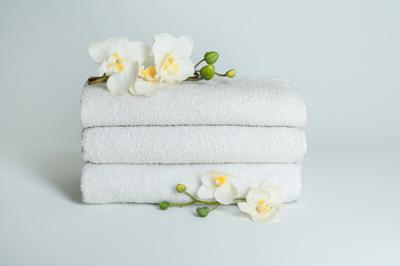 Blüten auf frischen Handtüchern