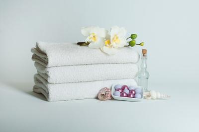 Handtücher mit Blüten und Dekoration