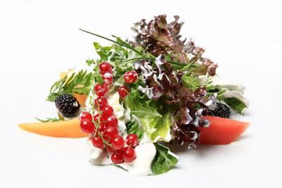 Knackiger Blattsalat mit frischen Früchten