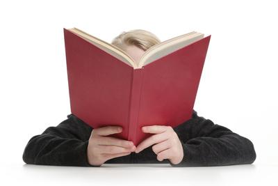 Junge vertieft ins Buch