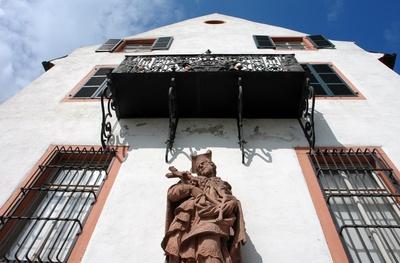 Fassade mit Schutzpatron