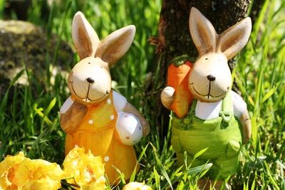 Zwei fröhliche Osterhasen