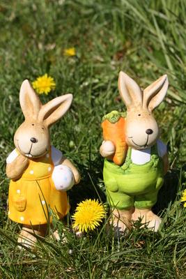 Zwei Osterhasen im Gras