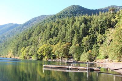 Ein klarer See am Morgen