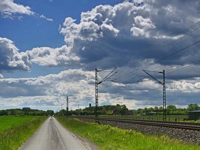 Dunkle Wolken über der Bahn