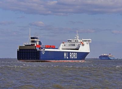 Großschiffsverkehr elbaufwärts . . . . .