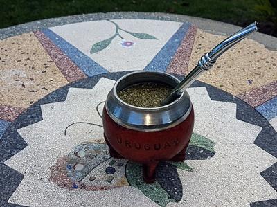 Mate in einer traditionellen Kalebasse mit Bombilla
