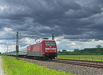 Intercityzug unter Wolken